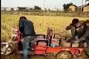 Guy fells down in Mud while pushing vehicle - Funny Video