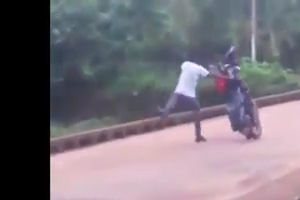 Guy trys to stunt on the Bridge and lose his bike - Good lesson in the video
