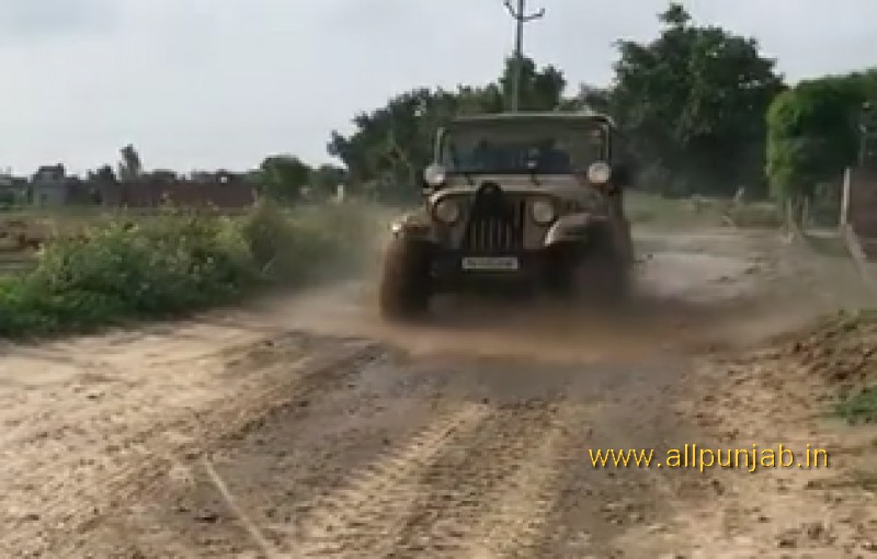 Jeep Crossing Mud - Off Raod